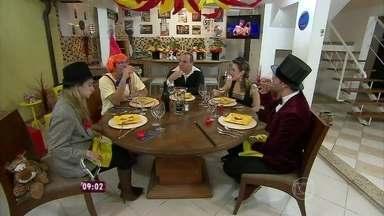Ana Maria relembra jantar de Raphael Gonçalves - Anfitrião escolheu o tema 'Do Circo à mesa'
