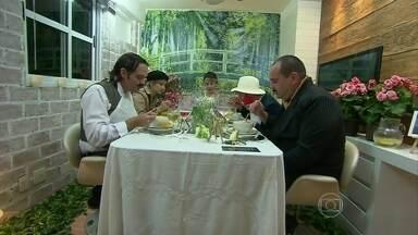 Adriana recebe os participantes e serve o jantar - Caricaturista foi a atração da noite