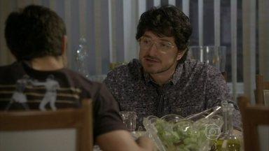 Edgard tenta conversar com Cobra - Ele diz que não gosta de falar sobre a família e demonstra interesse em uma estátua da casa da namorada