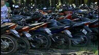 Cerca de 60 veículos são leiloados em Uruguaiana, RS - Além de carros e motos, sucatas também poderão ser adquiridas na quarta-feira (22).