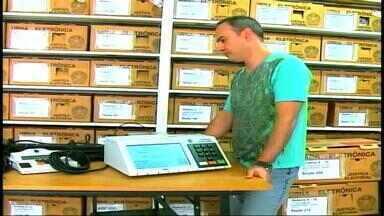 Urnas eletrônicas são preparadas para as eleições em Erechim, RS - Segundo turno ocorre no domingo (26).