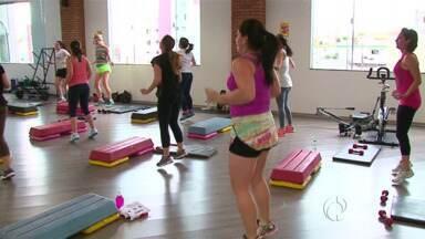 Mudança nas temperaturas lota academias de Guarapuava - Será que ainda dá tempo de entrar em forma para este verão? Muita gente está aproveitando o calor para perder peso.