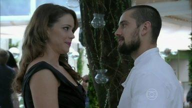 Cristina chega exuberante em festa e deixa Vicente de boca aberta - Chef se surpreende com presença da namorada no evento. Fernando reclama da falta de ajuda de Cora para reconquistar Cristina