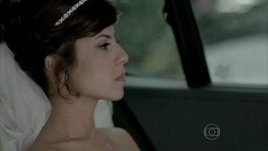 Maria Clara decide voltar para a festa e fazer um comunicado - Ela pede para Marta reunir os convidados
