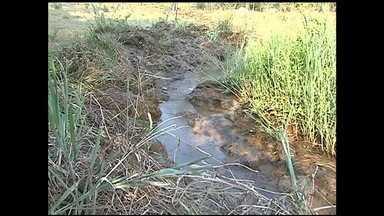 Falta de água causa problemas para produtores em Catalão - Técnicos com ordem judicial abriram três represas na zona rural da cidade. Intenção é resolver o problema da falta de abastecimento no município.