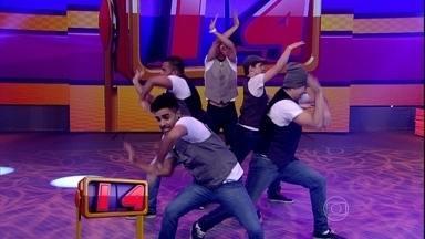 Grupo de dança Equasterios mostra sincronismo e plateia aprova - Grupo é formado só por meninos