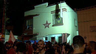 Reeleição da presidente Dilma Rousseff é comemorada no Centro de Belo Horizonte - Militantes e eleitores fizeram festa e buzinaço por ruas da cidade.