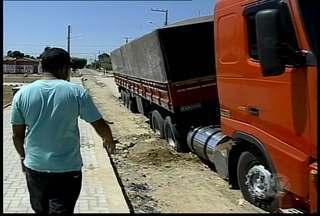 Carreta atola no bairro Quati II, em Petrolina - O veículo ficou preso ao passar por uma avenida, que há poucas semanas, a Compesa realizou uma obra.