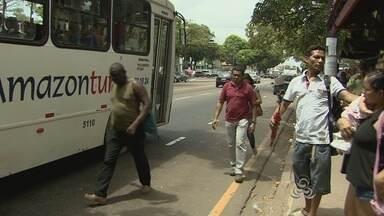 Passageiros reclamam da falta de ônibus no dia da votação - Passageiros reclamam da falta de ônibus no dia da votação