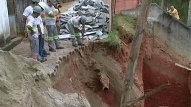 Chuva provoca queda de muro de contenção em Cachoeiro, no Sul do ES - Uma casa quase foi atingida pelo desmoronamento. Incaper alerta para possibilidade de chuvas até a próxima sexta-feira (1).