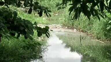 Qualidade da água de afluente do Rio Paraíba do Sul, em Volta Redonda, RJ, será analisada - Representantes da Comissão Ambiental Sul e do Movimento Ética na Política coletaram quatro amostras do córrego do Inferno.
