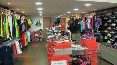 Troca de coleção fazem lojas apostarem em promoções em Juiz de Fora - Mudança de coleção e movimenta fraco fazem com que estabelecimentos comerciais baixem os preços. Sindicato afirma que comércio varejista mantém média de vendas em 2014.