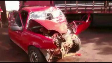 Homem fica gravemente ferido em acidente que os dois veículos bateram de frente - Segundo a polícia, o acidente na PR-317, perto de Toledo, foi causado por uma tentativa de ultrapassagem em local proibido