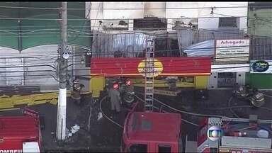 Incêndio atinge loja em Marechal Hermes - O incêndio que aconteceu na madrugada desta terça-feira (28), destuiu parte de uma loja em Marechal Hermes. O fogo ja foi controlado pelo corpo de bombeiros.