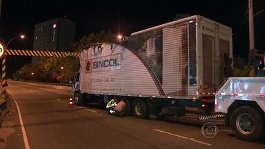 Caminhão bate em limitador na Barra da Tijuca - Um caminhão ficou entalado no sentido São Conrado, pouco depois das 22h. O motorista foi multado em R$127,00