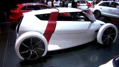Salão Internacional do Automóvel, em São Paulo, apresenta novidades e lançamentos - Os carros de luxo e os que usam fontes de energia menos poluentes são destaque no evento.