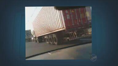 Vídeo mostra estacionamento irregular de caminhões em Campinas - O vídeo feito por um telespectador e enviado para o Jornal da EPTV mostra os transtornos causados por caminhões estacionados irregularmente no Bairro San Martin.