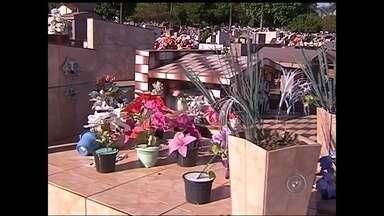 Dia de Finados deve levar mais de 40 mil pessoas aos cemitérios de Araçatuba - O próximo domingo (2) é Dia de Finados e em Araçatuba (SP) a expectativa é que mais de 40 mil pessoas passem pelos cemitérios, que já estão quase pronto para receber os visitantes. O principal cemitério da cidade até passou por uma reforma.
