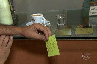 'Café compartilhado' estimula gentileza entre frequentadores de café na Vila Madalena - Pela iniciativa, criada por Marisa Bussacos, o cliente deixa um cafezinho pago com um recadinho, que é anotado em uma lousa. Assim, qualquer pessoa pode tomar um cafezinho de graça. O SPTV exibe uma série de reportagens para tratar de pequenas atitudes que fazem grande diferença. O assunto é gentileza.