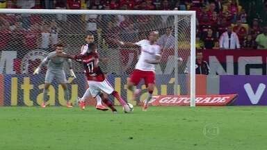 """""""Funcionário do mês"""", Gabriel assume papel decisivo no Flamengo - Meia rubro-negro marcou cinco gols em outubro, tanto na Copa do Brasil quanto no Brasileirão."""
