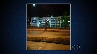 Telespectadores enviam flagrantes por meio do aplicativo QVT, em Goiânia - Duas pessoas atravessam a BR-153 de maneira irregular. Dupla pula mureta e grade de proteção.