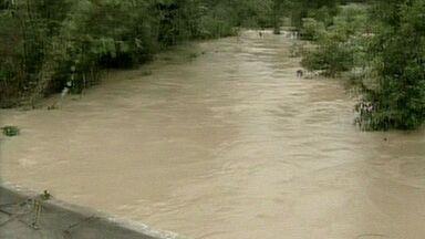 Chove mais que o dobro do esperado para outubro em Aracruz, ES - Na localidade de Guaraná, foram registrados 304 mm nas últimas 24 horas.Segundo a Defesa Civil, 50 famílias estão desabrigadas e 30 desalojadas.