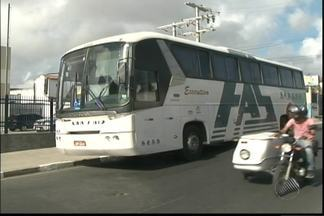 Ônibus interestadual é assaltado em Feira de Santana - Os passageiros disseram que foram saqueados antes de serem saqueados pelos bandidos.