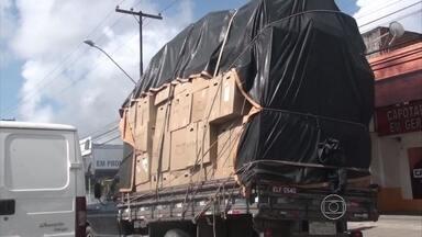 Caminhão é flagrado circulando com carga excessiva nas ruas do Recife - Multa para esta infração é de R$ 127.