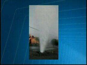 Morador flagra vazamento de água em Divinópolis - Segundo ele, que mora no Bairro Planalto, vazamento começou durante a madrugada. Copasa fez reparo da tubulação durante a manhã desta sexta-feira (31).