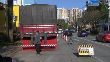 Caminhões de obras não podem estacionar e atrapalhar trânsito em horários de pico - Lei não vem sendo cumprida na capital