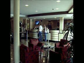 Fim de semana sem vagas na maioria dos hotéis de Londrina - Neste sábado começam a chegar à cidade os vestibulandos da UEL. Domingo tem a primeira fase do vestibular. Os estudantes e os parentes ocupam a maioria das vagas nos hotéis.