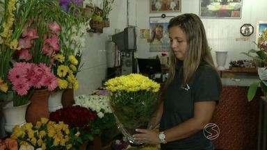 Dia de Finados aquece venda de flores em Resende, RJ - Data será lembrada no domingo, 2 de novembro; alguns comerciantes precisaram reforçar o estoque.