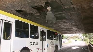 Caminhão bate na placa de proteção metálica na Ponte do Bragueto - Parte da estrutura cedeu e atingiu um ônibus.