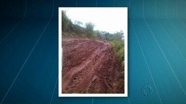 Moradores de Cruzeiro do Oeste sofrem com estrada em dias de chuva - A estrada que dá acesso ao bairro Cione, na área rural, e ainda não foi cascalhada. Os moradores dizem que em dias de chuva fica impossível passar pela estrada.