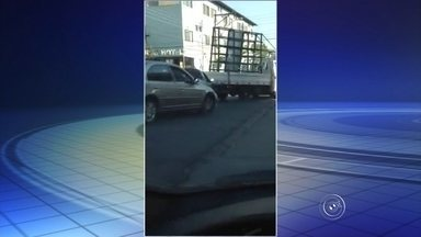 Internauta grava vídeo que mostra 'dia de fúria' de motorista em Itatiba - Um internauta enviou um vídeo à redação do G1 que mostra o 'dia de fúria' de um motorista no trânsito de Itatiba (SP). As imagens, gravadas no cruzamento entre as ruas Piza e Almeida e Jorge Tibiriçá, no Centro da cidade, na manhã de quinta-feira (30), mostram o momento em que o condutor de uma caminhonete perde a cabeça e volta de ré, atingindo uma picape que estava parada atrás.