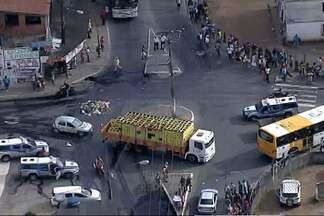 Protesto bloqueia cruzamento no bairro de Águas Claras - Confira esta e outras reportagens no giro de notícias.