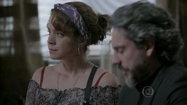 Cristina e José Alfredo se preparam para fazer o exame de DNA - Eles levam o momento com bom humor
