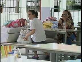 Pais esperam na fila para conseguir vaga para os filhos em colégio de Criciúma - Pais esperam na fila para conseguir vaga para os filhos em colégio de Criciúma