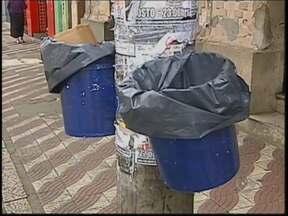 Bauru sofre com falta de lixeiras na cidade - Bauru é uma cidade com poucas lixeiras. E nem todo mundo tem paciência suficiente para procurar uma ou guardar o lixo no bolso, no carro, na mochila antes de descartar na sarjeta mesmo.
