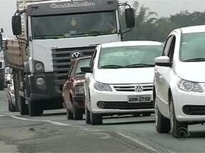 Engavetamento no Vale do Itajaí deixa trânsito lento e uma pessoa ferida - Engavetamento no Vale do Itajaí deixa trânsito lento e uma pessoa ferida