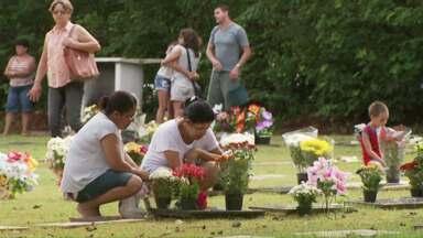 Dia de Finados é marcado por muitas homenagens nos cemitérios de Foz - O movimento foi grande em todos os cemitérios da cidade durante o dia todo.