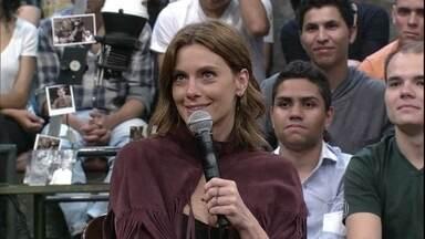 Carolina Dieckmann fala sobre beijo técnico no Altas Horas - Atriz conta que namorou seu primeiro par romântico