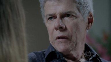 Bianca sugere que Cláudio entre faça um acordo com Téo - Beatriz ouve as declarações de amor do marido