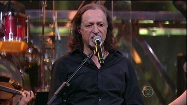 Alceu Valença canta 'Morena Tropicana' - O cantor se apresenta no palco do programa junto com a Orquestra Ouro Preto