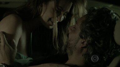 José Alfredo e Maria Isis namoram dentro do carro - Ela tenta resistir, mas acaba cedendo aos encantos do amado