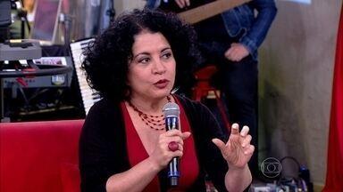 Viviane Mosé destaca que diferença física motiva busca por pais biológicos - Psicóloga conta que tem duas irmãs adotivas