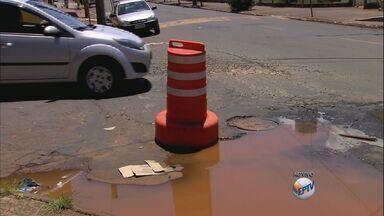 Moradores reclamam de vazamentos em dois pontos de Ribeirão Preto - Água limpa escorrendo há mais de meses em locais causa indignação na população.