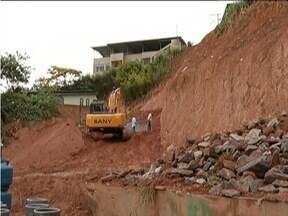 Calendário MG: Obras de contenção em via que cedeu em Ipatinga são iniciadas - Há 10 anos o problema perturba o sono dos moradores do bairro Canaãzinho.