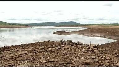 Moradores de Caldas Novas estão preocupados com o baixo nível de água no reservatório - Segundo Furnas, em menos de 15 dias, nível caiu 3% e chegou a menos de 8,7% da capacidade total de armazenamento.