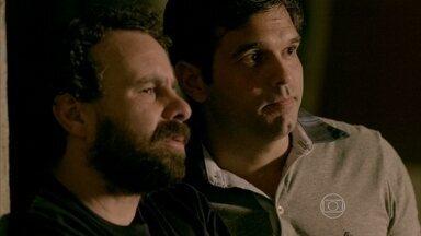 Pietro e Ismael reparam do grupo dedesconhecidos reunidosem frente ao sobrado abandonado - Eles estranham a presença do pessoal